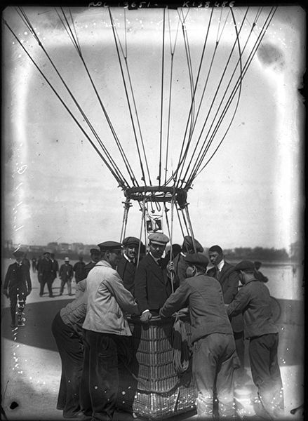 Hot-air balloon at  Issy-les-Moulineaux with pilot M. Perisse, Henri Contenet and Edouard Nieuport. Agence Rol, 1911