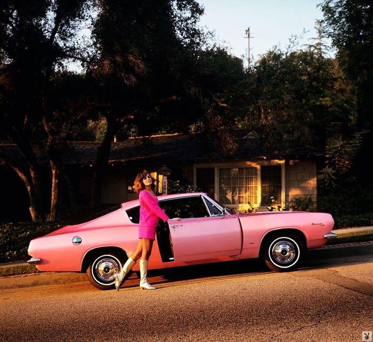 Подборка миловидных девушек Playboy середины 1960-70 годов рядом с их автомобилями.
