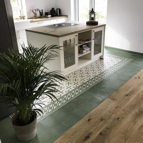 Eleganz meets Moderne. Moderne Landhausküche trifft auf elegante Zementfliesen in erfrischendem Grün