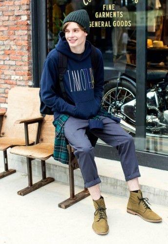 パーカー×チェックシャツで力を入れすぎないラフ感が◎守りたくなるタイプ?かわいい系男子が真似したい憧れのかわいい男子向けコーデまとめ。スタイル・ファッションの参考に