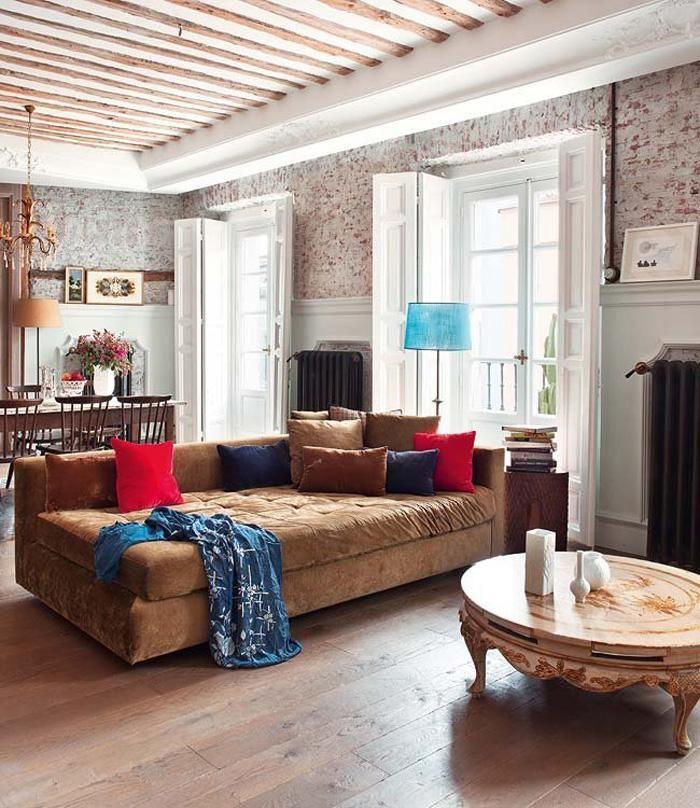 Das Sofa ist gemütlich und einladend, und der Couchtisch ist sehr exquisit, mit geschnitzten Beinen