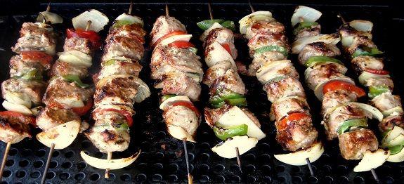 Een lekker koolhydraatarm hoofdgerecht, souvlaki. Dit is een heerlijk barbecue of grill gerecht met varkenshaas, paprika en uien.