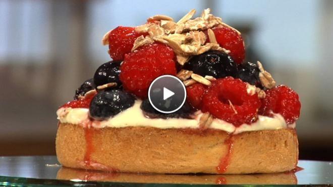 Beschuit met limoen crème fraiche, aardbeienjam, roodfruit en muesli - recept | 24Kitchen