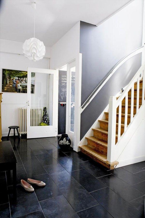 De zwarte vloer is de goede basis, benadrukt door de witte wanden. Naar boven komt de kleur weer terug op de wand (via emmas designblogg).