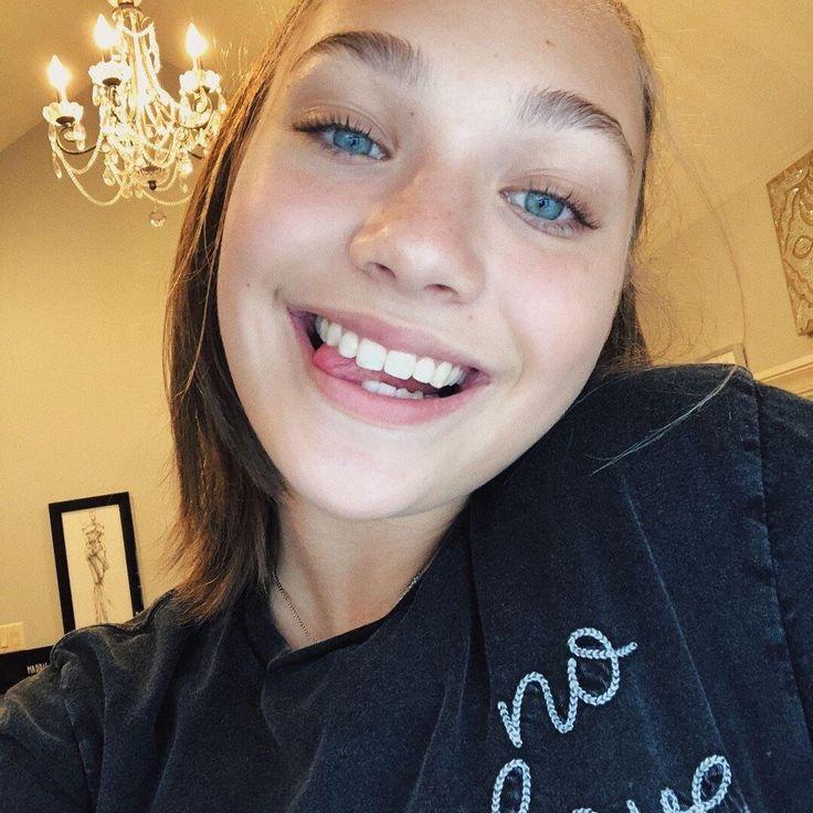 #maddieziegler #fashion #makeup #hair #brownhair #blueeyes #longhair #ponytail #jumper #black #white #blackandwhite #chandelier #house #picture #pictureframe #happy #smile