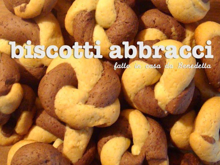 Facciamo i biscotti abbracci che tutti ricordiamo da bambini. Questo tipo di biscotto si prepara con la pasta frolla senza burro.
