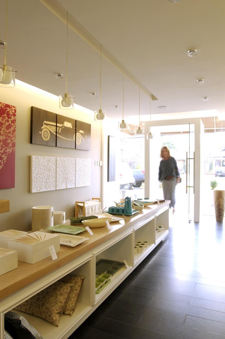 Cojines 100% seda y cajas decorativas de madera.