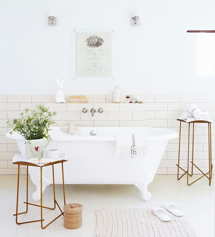 Iluminación baño | Ventas en Westwing. ÍNDICE DE PROTECCIÓN. Al existir humedad y vapor, la iluminación del baño debe realizarse con lámparas adecuadas. El Índice de Protección (IP) indica la protección al polvo y la humedad. Mientras que un IP20 es adecuado para la zona del lavabo, un IP44 protegerá la luz de posibles salpicaduras en la zona de ducha.