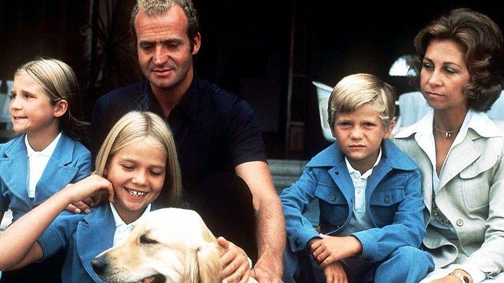 Familienurlaub auf Mallorca im Jahr 1975: König Juan Carlos von Spanien mit Ehefrau Sofia und den Kindern Elena (von links nach rechts), Cristina, Felipe sowie dem Familienhund. © Picture-Alliance / dpa