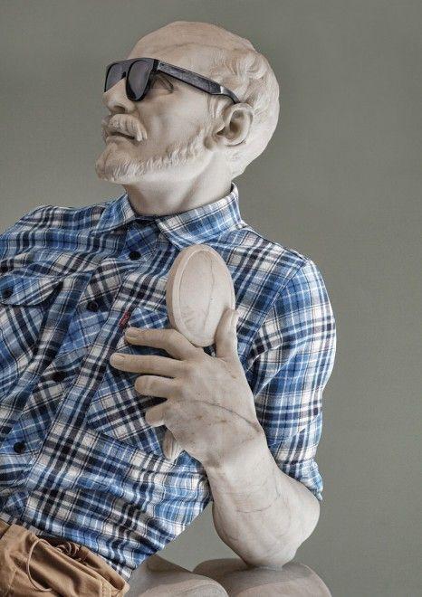 Si chiama ''Hipster in stone'' la serie realizzata dal fotografao francese Léo Caillard che ritrae una serie di statue classiche vestite con gli abiti alla moda dello stile hipster. Jeans attillati, camicie a quadri, t-shirt, occhiali rotondi, nelle immagini le statue si vestono di contempora