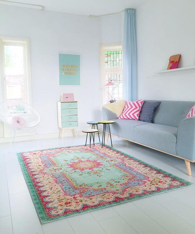 Yes hij is binnen  mooier dan ik hoopte !! Mijn nieuwe (prijsvriendelijke nieuwe lijn ) kleed van @rozenkelim  kleuren passen perfect !! Zo blij mee ...... ********************************************************#kleinwoongeluk #vtwonen #rozenkelim #carpet #rug #interiordesign #vintagestyle #pastellove #pastel #abmlifeiscolorful #interiorstyling