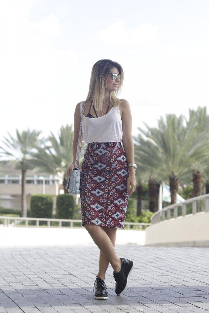 Que tal inspiração de look direto de Miami? Carol Tognon usou saia midi de estampa étnica, com blusinha branca e strappy bra com oxford anabela.