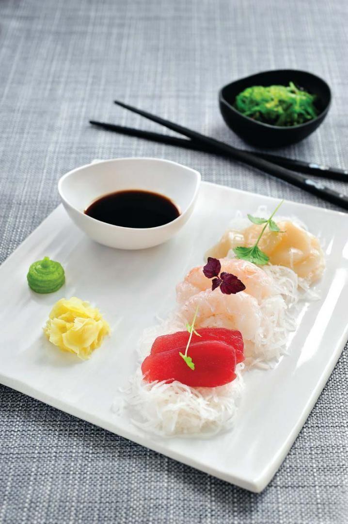 Bereiden: Snij de sint-jakobsvruchten en de tonijn in dunne plakjes. Pel de langoustines, verwijder het darmkanaal en snij in stukjes. Schil de zwarte radijs en snij er flinterdunne schijfjes van. Laat het zeewier even weken in wat koud water. Serveren: Serveer de sashimi met het geweekte zeewier, de zwarte radijs, wasabi en