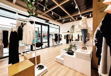 Интересный интерьер бутика одежды
