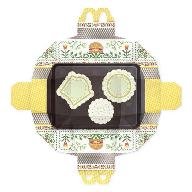 """McDonald's le """"Paper Bag Tray Mat"""", un concept de sac pour les repas achetés à emporter qui a la particularité de se transformer en véritable jeu de société. Une fois votre menu terminé, il vous suffit de déplier le packaging pour pouvoir bénéficier d'un plateau de jeu de société, avec des motifs et des dessins typiques de la culture indienne."""