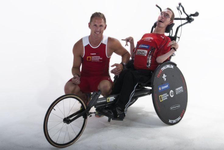 REVISTA BICICLETA - Homem com paralisia cerebral completa prova de triatlo com ajuda do irmão