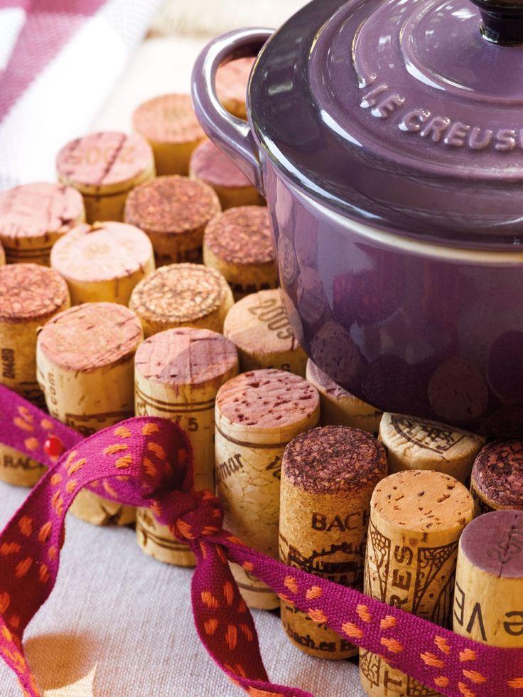 Salvamantel de corchos  Tapones de vino, pegamento y una cinta es todo lo que necesitas para hacer este salvamantel. Pégalos uno a uno y forma un cuadrado. Como toque final, rodéalo con una cinta.