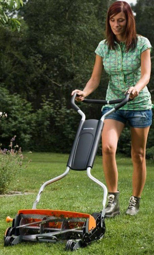 On this page, you will find reviews that will guide you in your search for the best push lawn mower. Also referred to as manual and reel lawn mowers, they can make mowing a fun and healthy activity.