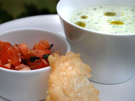 Kall basilikasoppa med örtolja, räk- och tomatsalsa, parmesanchips | Recept.nu