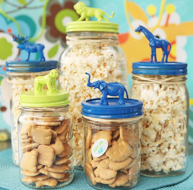 8. Para regalarles galletas a los chicos les podés pegar animalitos a la tapa del frasco.