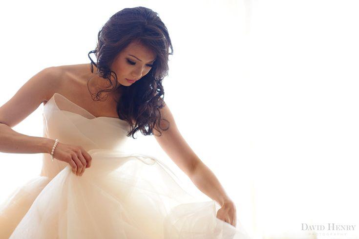Dressing in her gorgeous Vera Wang wedding dress #sydneywedding #shangrilasydney #wedding #weddingphotography #sydney #bride #verawangbride #davidhenryphotography