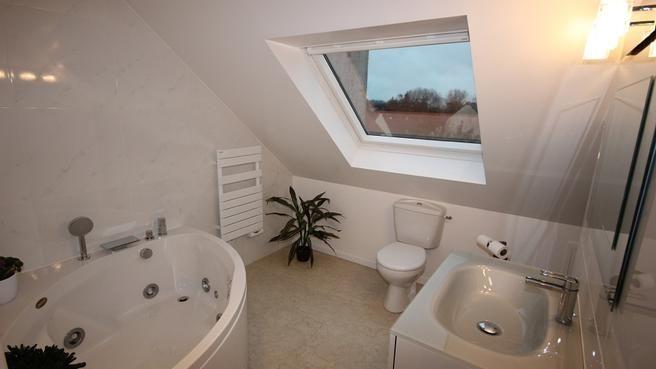 Salle de bains combles toilettes sous la pente sdb - Petite salle de bain sous pente ...