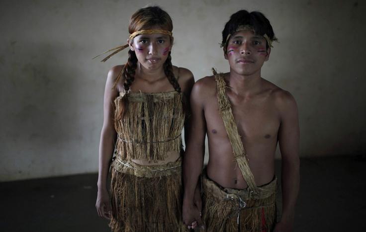Una coppia di indigeni durante un matrimonio collettivo a Cobija, in Bolivia. (Juan Karita, Ap/Lapresse)