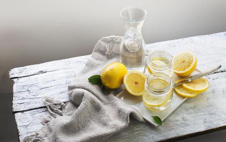 Citroen zit boordevol vitamine C, wat goed is voor je immuunsysteem en leverwerking. Om te genieten van de goede werking van citroen is het aanbevolen om dagelijks het sap van een halve citroen op te lossen in een glas lauw water.