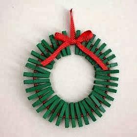 Corona de navidad con pinzas de ropa