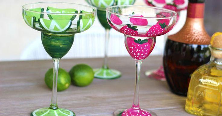 Como pintar copos de margarita à mão. Algumas margaritas animam qualquer festa, então por que usar copos simples? Estes copos, pintados à mão com desenhos de limões e morangos, são mais fáceis de fazer do que você imagina. E com certeza deixarão todos em clima de festa!