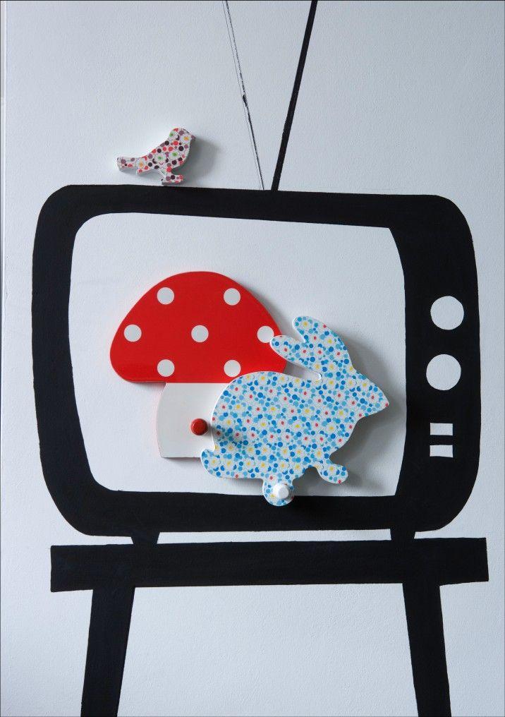 Lees eens een boek ideetje, tv op muur schilderen, in  de kijkkast een boek tentoonstellen!