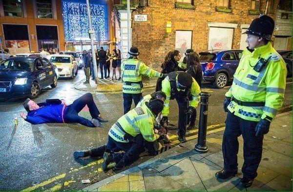Holenderski trener położył się na środku jezdni • Louis van Gaal leży na ulicach Londynu • Fajne memy w piłce nożnej • Zobacz >> #football #soccer #sports #pilkanozna