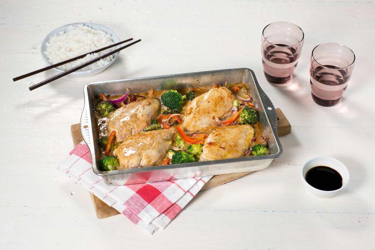 Med både kjøtt, grønnsaker og saus i én form, går det raskt å lage middag. Denne kyllingformen smaker av Asia, og serveres med ris til.