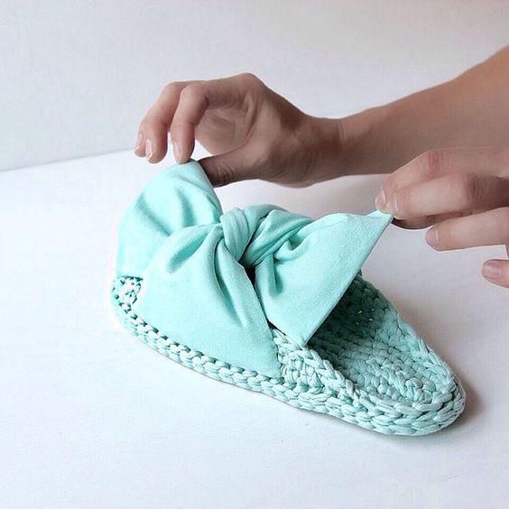 разнообразные тапочки и сандалии, связанные из трикотажной пряжи в нашем блоге о вязании из трикотажной пряжи и шнура для вязания
