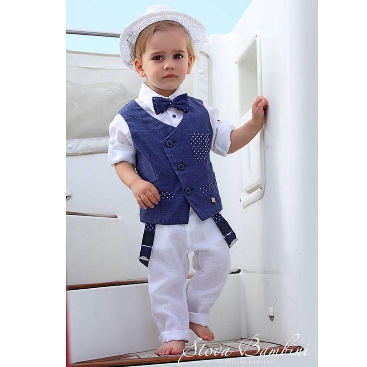 To Βαπτιστικό Κουστούμι Starlite της Stova Bambini  είναι ένα σύνολο από λινό λευκό πουκάμισο και λινό παντελόνι με τιράντες, και υπέροχο μπλε γιλέκο με λοξό κούμπωμα και σχέδια από αστεράκια. Συνοδεύεται από το δικό του παπιγιόν και το ψάθινο καπέλο καβουράκι του.  Ένα υπέροχο σύνολο για την μοναδική μέρα της βάπτισης σας