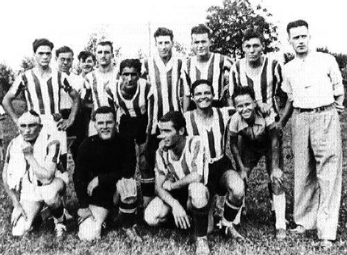 Pier  Paolo Pasolini con la squadra di calcio  di Casarsa