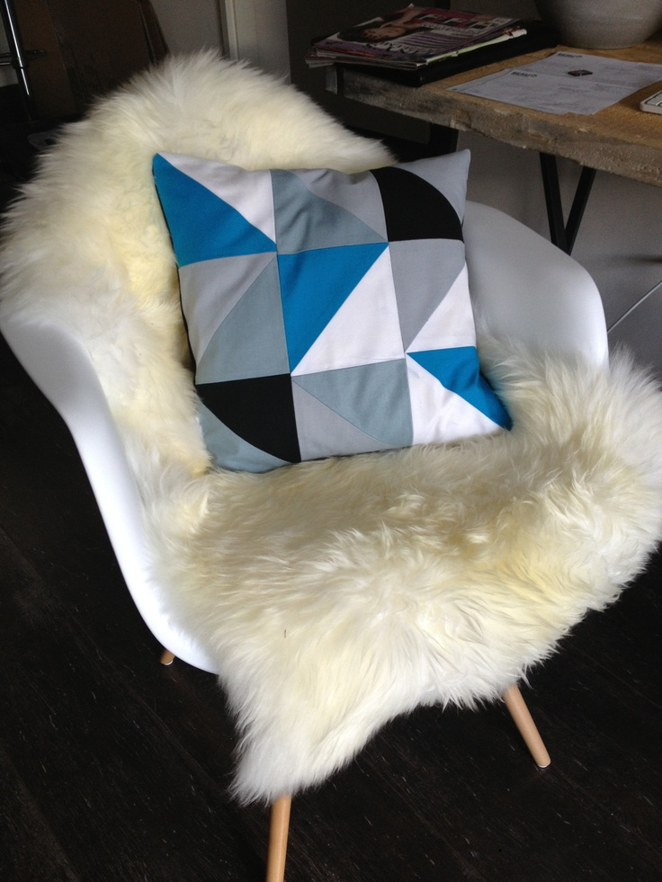 Grafisch kussen diy : 1. Knip genoeg driehoeken uit met een mal en leg ze zoals jij ze wil hebben. 2. Naai ze aan elkaar tot vierkantjes. Vierkantjes vervolgens aan elkaar vastnaaien. 3. Twee stukken stof pakken en afmeten op  de voorkant van het kussen. Zorg dat er een overlap is van de twee stukken stof. Randjes afwerken. 4. Leg nu de goede kanten van de stoffen op elkaar en naai rondom. Trek binnenste buiten en nu heb je je kussenhoes!