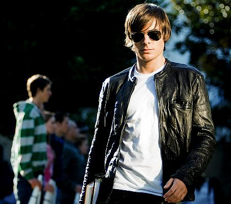 17 Again. Rediculous! I can't handle this scene. The jacket, the sunglasses, the cute white shirt, the car, the hair...stop it.