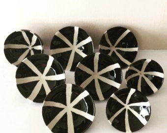"""Piccolo piatto di gres porcellanato con disegno del Pinwheel in bianco e nero ruota thrown / """"Girandola"""""""