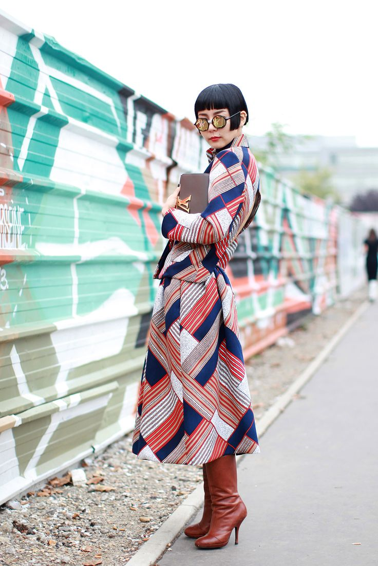 70 Life-Giving Paris Street-Style Snaps #refinery29  http://www.refinery29.com/paris-street-style#slide19  A line study.