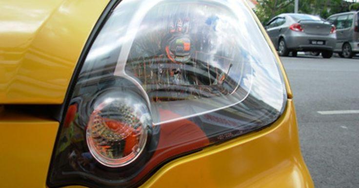 Cómo evitar que los faros de los automóviles se vuelvan amarillos. Los faros de tu vehículo deberían permanecer transparentes para que la luz que emiten sea lo más brillante posible. Con el tiempo, los faros pueden volverse amarillos debido a la exposición a los rayos ultravioletas y a otros elementos ambientales que causan oxidación. Puedes evitar que cambien de color o que los venza la acumulación de óxido ...