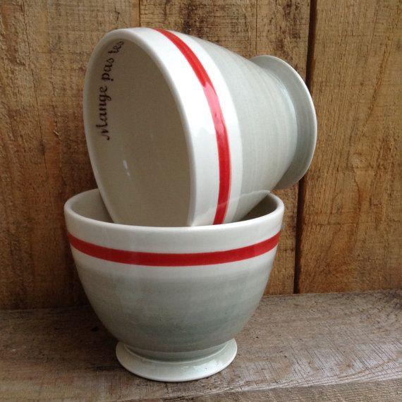 2 Bols à café avec inscription « Mange pas tes bas » motif imitation des bas de laine gris avec bordure rouge.