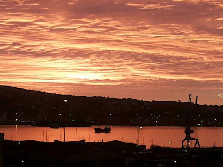 Atardecer en Valparaíso, Chile. Ver más en http://www.demirar.cl/2013/08/atardecer-en-valparaiso-03-de-agosto/