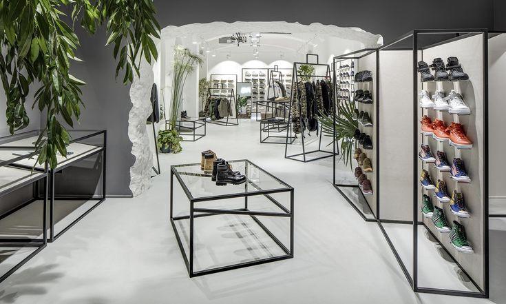 Streetwearový obchod Queens má nový interiér sestojany vetvaru velkých tašek