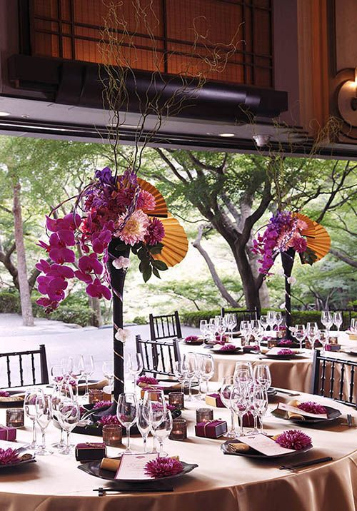 扇子を使ってアレンジした八芳園のテーブルコーディネイト。 Flowers were arranged in a fan of the Japanese tradition