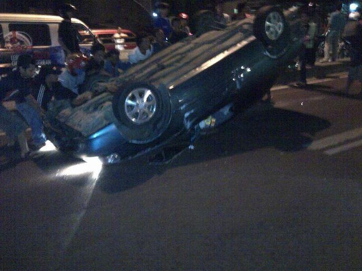 02:38 #Kecelakaan Toyota Corolla B 2587 IY terbalik di Layang Roxy & msh penanganan Petugas #Polri.