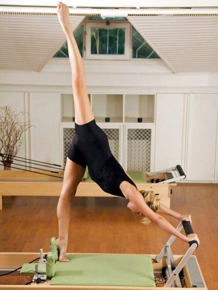 Pilates stärkt die Muskeln und formt den Körper. Wenn nach einiger Zeit der Fortschritt plötzlich ausbleibt, helfen Zusatzgeräte wie die Pilates Rolle.
