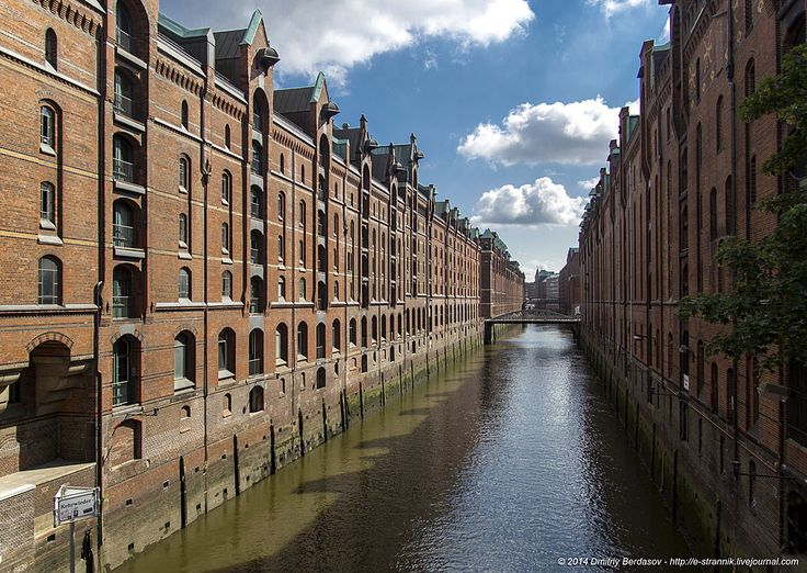Гамбург .Складской комплекс и канал в квартале Speicherstadt. Старые склады сейчас переделаны в лофты и офисные помещения.