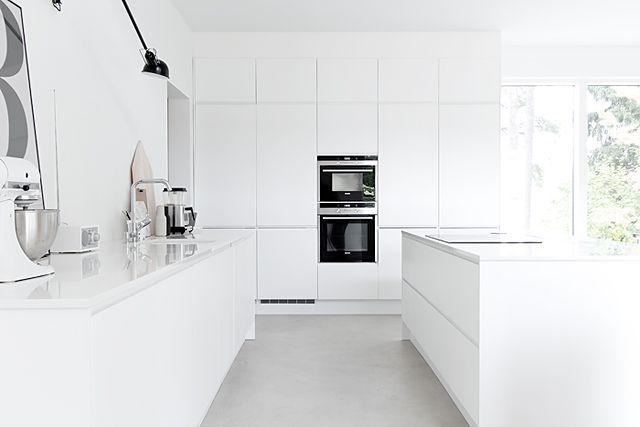 Valkoinen keittiö, saareke, betonilattia   MUSTA OVI