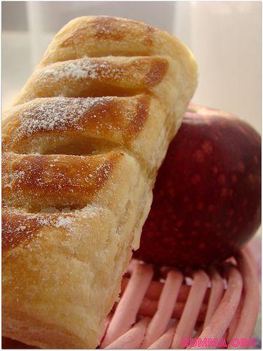 Elmalı milföy tarifimiz oldukça basit bir o kadar da lezzetli…Tuzsuz milföyü nerden bulabiliriz diyenler için Bim marketlerlerde mevcut.Ani misafirleriniz için yapabileceğiniz, çocuklarınızında severek yiyebilecekleri bir tarif.. Elmalı milföy için gerekenler 10 adet milföy hamuru (tuzsuz) 5 adet elma 2 yemek kaşığı toz şeker 1 tatlı kaşığı tarçın fındık yada ceviz 1 yumurta (sarısı) Üzeri için: …